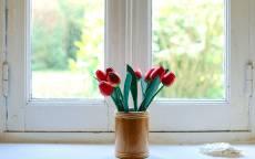 Букет цветов, подоконник, деревянная рама, белая краска