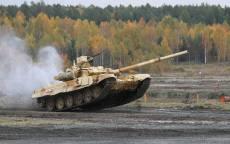 Российский боевой танк Т-90 в полете