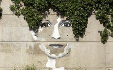 Граффити Девушка на заборе
