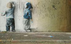 Граффити дети рисуют на стене