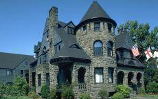Каменный дом с флагами