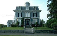 Дом с каменным забором