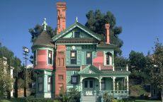 Зеленый дом с трубой