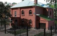 Кирпичный дом с металлической крышей