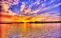 Яркий пейзаж природы, красивая водная стихия, небо, солнце