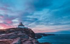 море, океан, каменистый берег, одинокий дом на берегу, розовые облака
