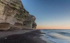 берег, обточенные волнами скалы, голубое небо