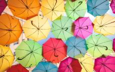 цветные зонты, небо, окна