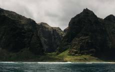 море, скалы, волны, облака, серое небо, тень, берег