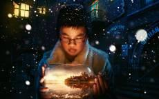 Ребенок в очках держит волшебный аквариум