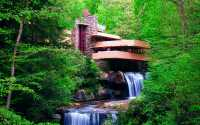 Водопад в весеннем лесу.