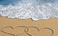Два сердца на пляже