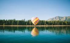 Воздушный шар над озером, отображение, горы, лес