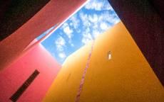 Голубое небо вид из колодца двора