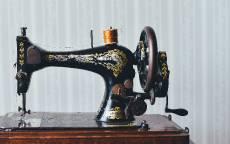 Старая ручная швейная машинка