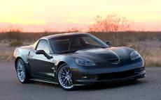 Купе Chevrolet Corvette ZR1 на загородной дороге