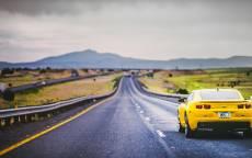 Желтый суперкар Chevrolet Camaro SS