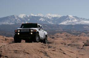 Белый Hummer H3T на фоне снежных гор