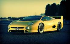 Желтый суперкар Jaguar XJ220