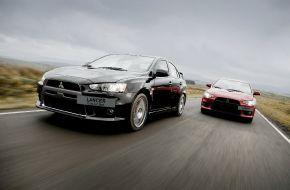 Два автомобиля Mitsubishi Lancer на дороге