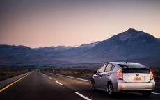 Тойота гибрид приус на пустом шоссе