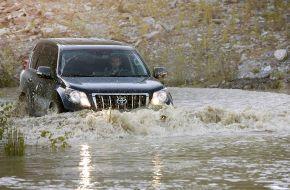 Toyota Land Cruiser покоряет реку