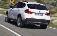Кроссовер BMW X1 вид сзади.