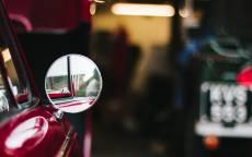 Красный автомобиль, круглое зеркало заднего вида