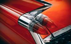 Задние фонари винтажного красного автомобиля