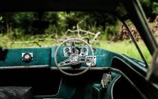 Старый автомобиль, руль, салон