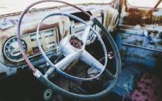 Ржавый салон старго автомобиля, руль, приборы, спидометр