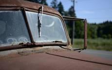 Ржавый автомобиль, старый автомобиль, щетка стекло очестителя,