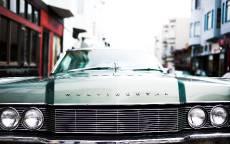 Линкольн Континенталь, старый автомобиль, узкая улица