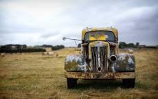 Форд пикап, ржавый автомобиль, поле, пасмурное небо