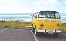 Желтый автобус, микроавтобус, стоянка, море