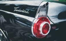 Черный автомобиль, ретро автомобиль, задний фонарь, капли дождя на автомобиле