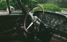 Старинный автомобиль, деревянный руль, панель приборов