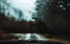 автомобильное стекло, дождь, капли дождя, мокрая дорога
