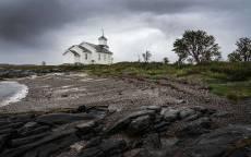 Одинокая, белая церковь на фоне серого неба