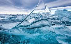Куски льда на озере
