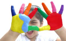 руки ребенка в краске