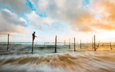Океан, одинокий рыбак, рыбак на шесте, облака, волны