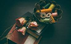 Ваза, нитки, катушка, розы, блокнот, книга, тетрадь