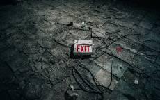 Табличка выход на грязном полу