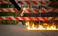 Кроссовки в огне, огонь на дороге