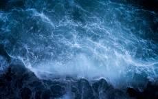 Волны, утес, голубая вода