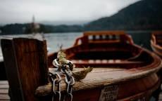 Якорная цепь на старой деревянной лодке