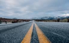 Зимняя дорога, лед, желтая разметка, горы, поворот