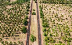 Дорога в оазисе, пустая трасса, вид с верху