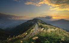 Дорога на гребне горы.